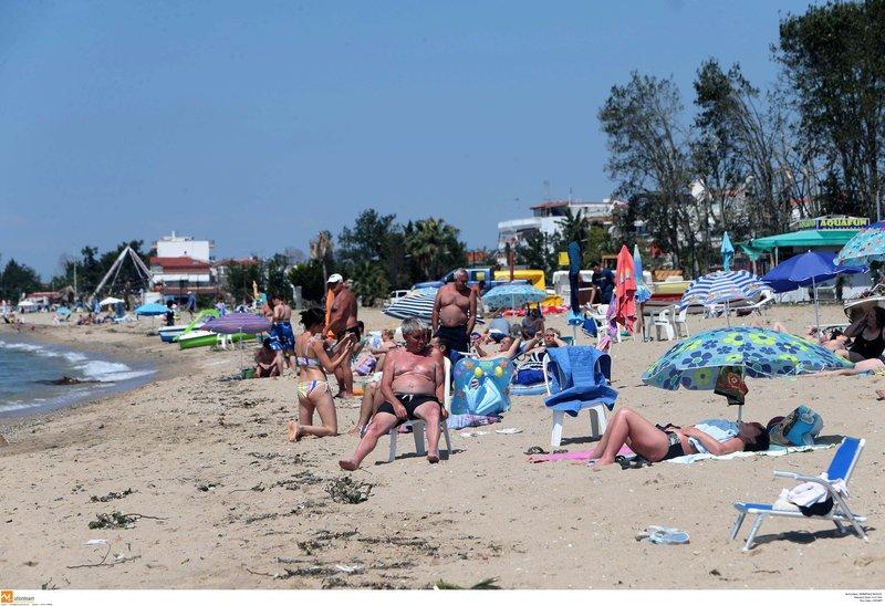 Παραλία στη Χαλκιδική με τουρίστες