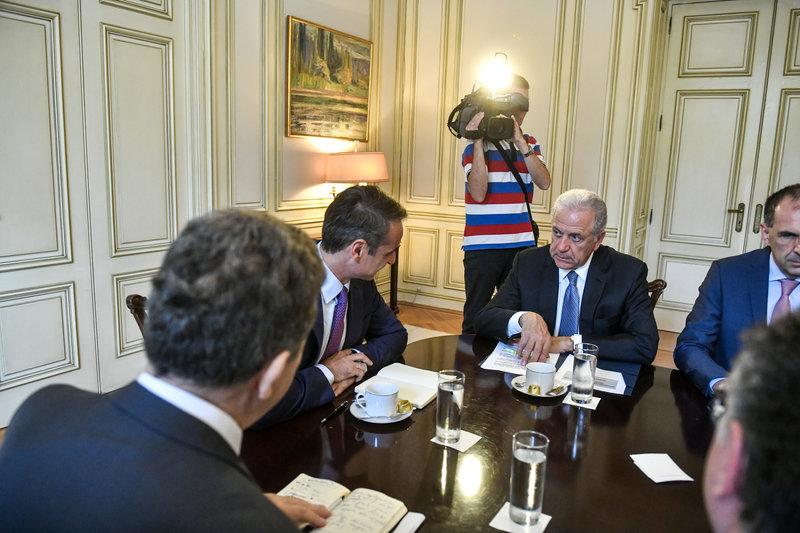 Ο Κυριάκος Μητσοτάκης στην σύσκεψη μιλά με τον Δημήτρη Αβραμόπουλο