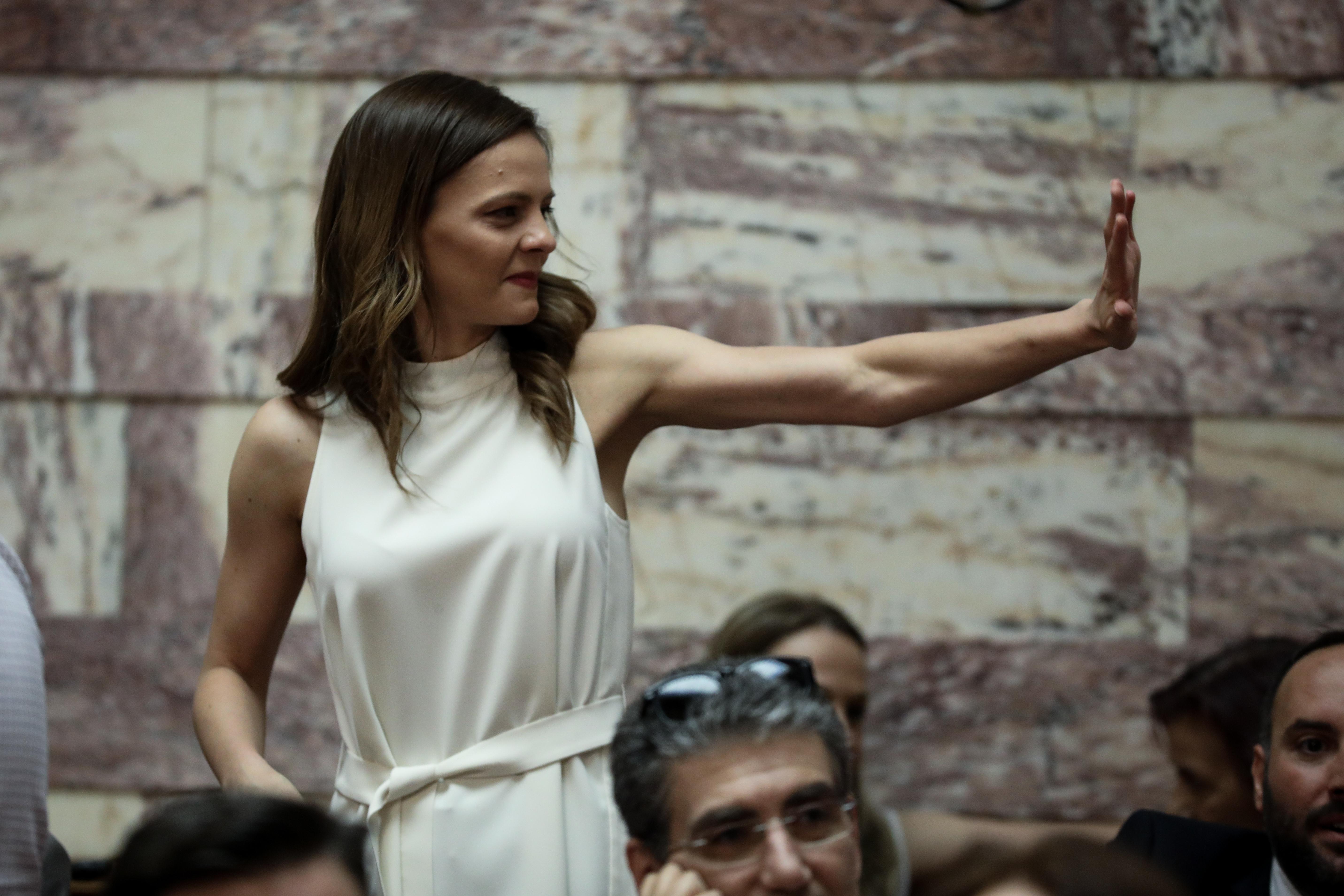 Η Εφη Αχτσιόγλου χαιρετά κάποιον συνάδελφό της στην ΚΟ του ΣΥΡΙΖΑ