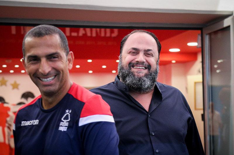 Ο Βαγγέλης Μαρινάκης με τον προπονητή της Νότιγχαμ Φόρεστ Σαμπρί Λαμουσί