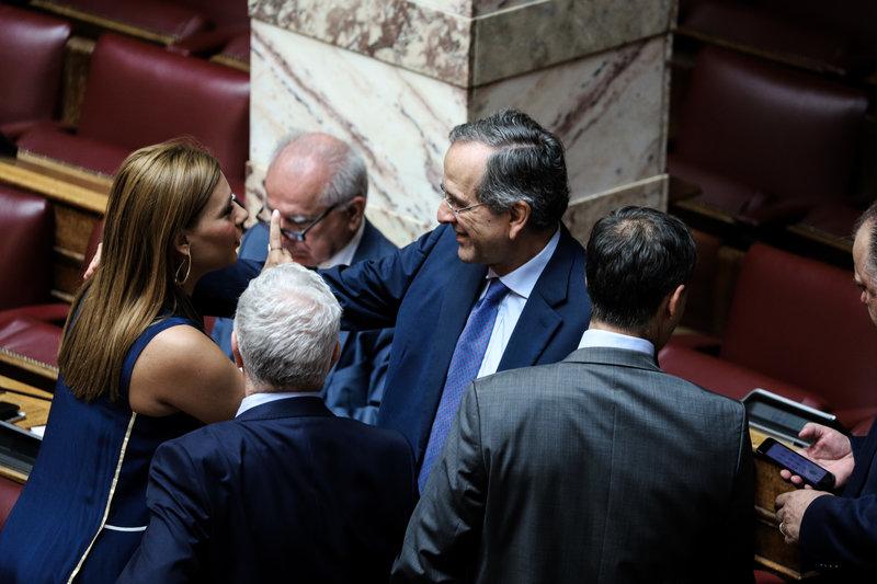 Σαμαράς με βουλευτές στη βουλή