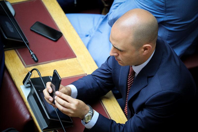 Μπογδάνος βγάζει selfies στη βουλή