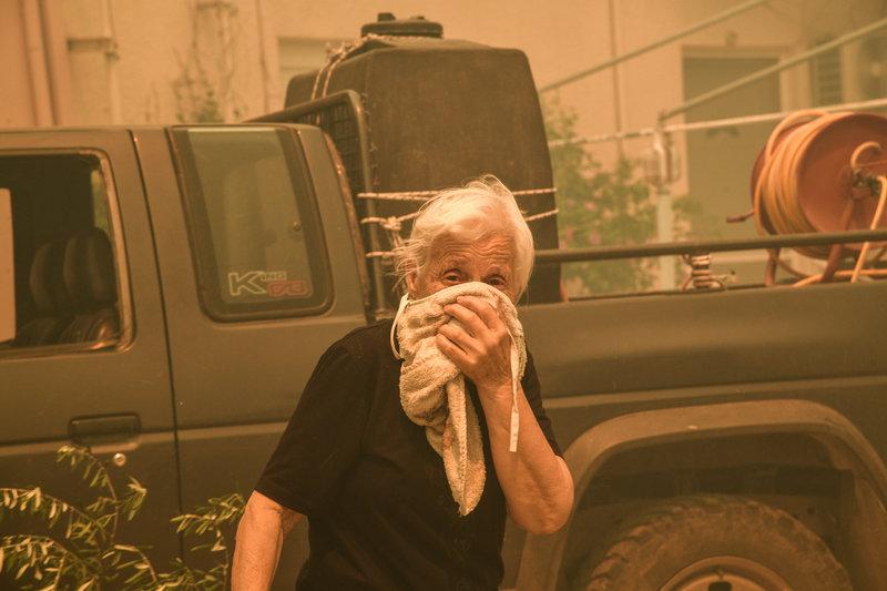 Γιαγιά ετοιμάζεται να εγκαταλείψει το χωριό Κοντοδεσπότι στην Εύβοια