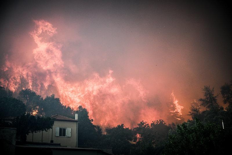 Οι φλόγες έφτασαν και τα 30 μέτρα και έγλειψαν τα χωριά Μακρυμάλλη και Κοντοδεσπότι στην Εύβοια