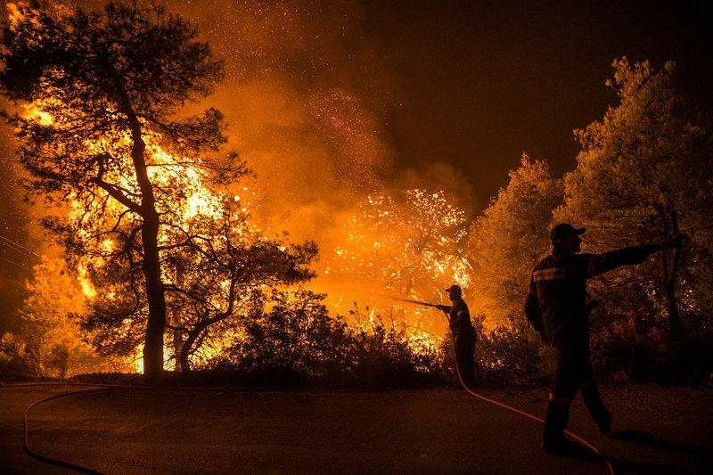 Πυροσβέστες σβήνουν τη φωτιά