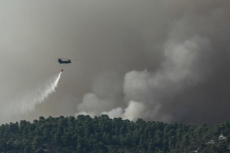 Ελικόπτερο ρίχνει νερό στη φωτιά