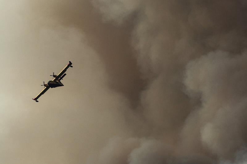Αεροπλάνο στη φωτιά μέσα σε καπνούς