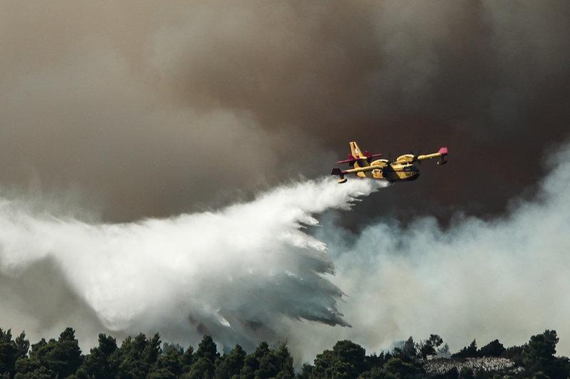 Αεροπλάνο ρίχνει νερό στη φωτιά