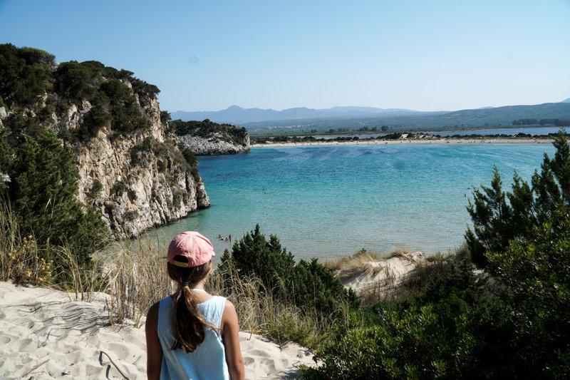 κοριτσάκι κοιτάει τη θάλασσα