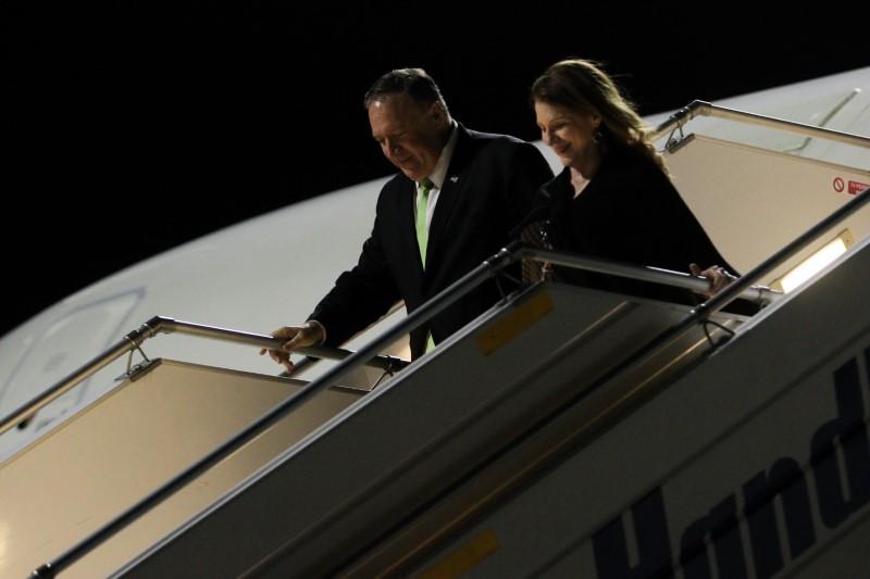 Ο Μάικ Πομπέο κατεβαίνει από το αεροπλάνο