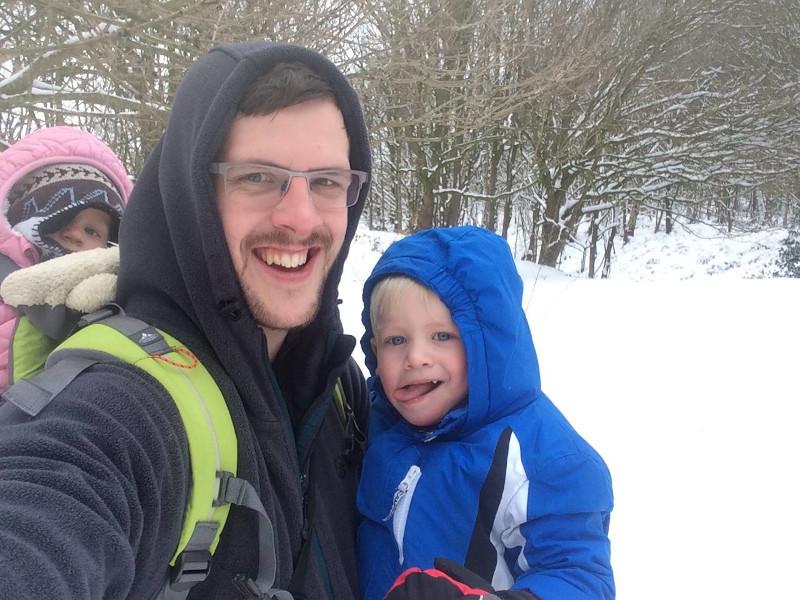Πατέρας με παιδιά στα χιόνια