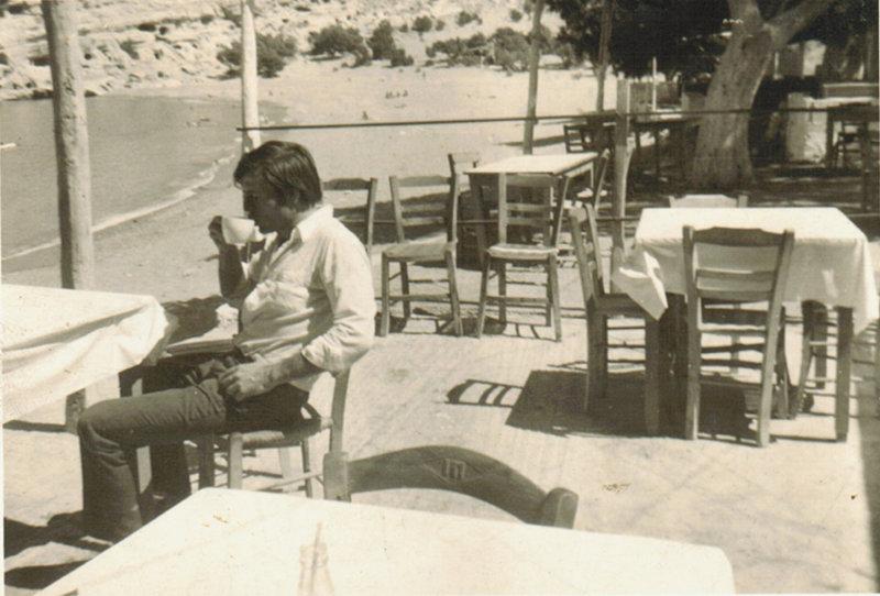 Ο Στέλιος Ξαγοραράκης, στο καφενείο της Γοργόνας