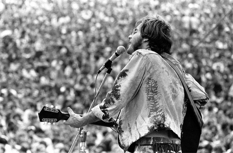 Ο John Sebastian επί σκηνής, ερμηνεύει το Younger Generation στο Φεστιβάλ Γούντστοκ 1969