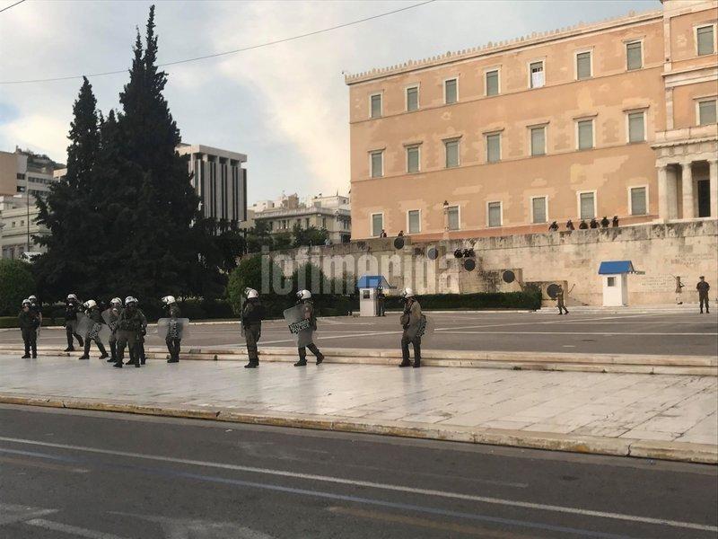 Αστυνομικοί έξω από τη Βουλή