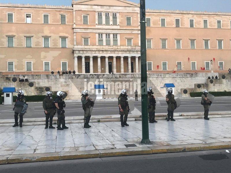 Αστυνομικοί μπροστά από την Βουλή