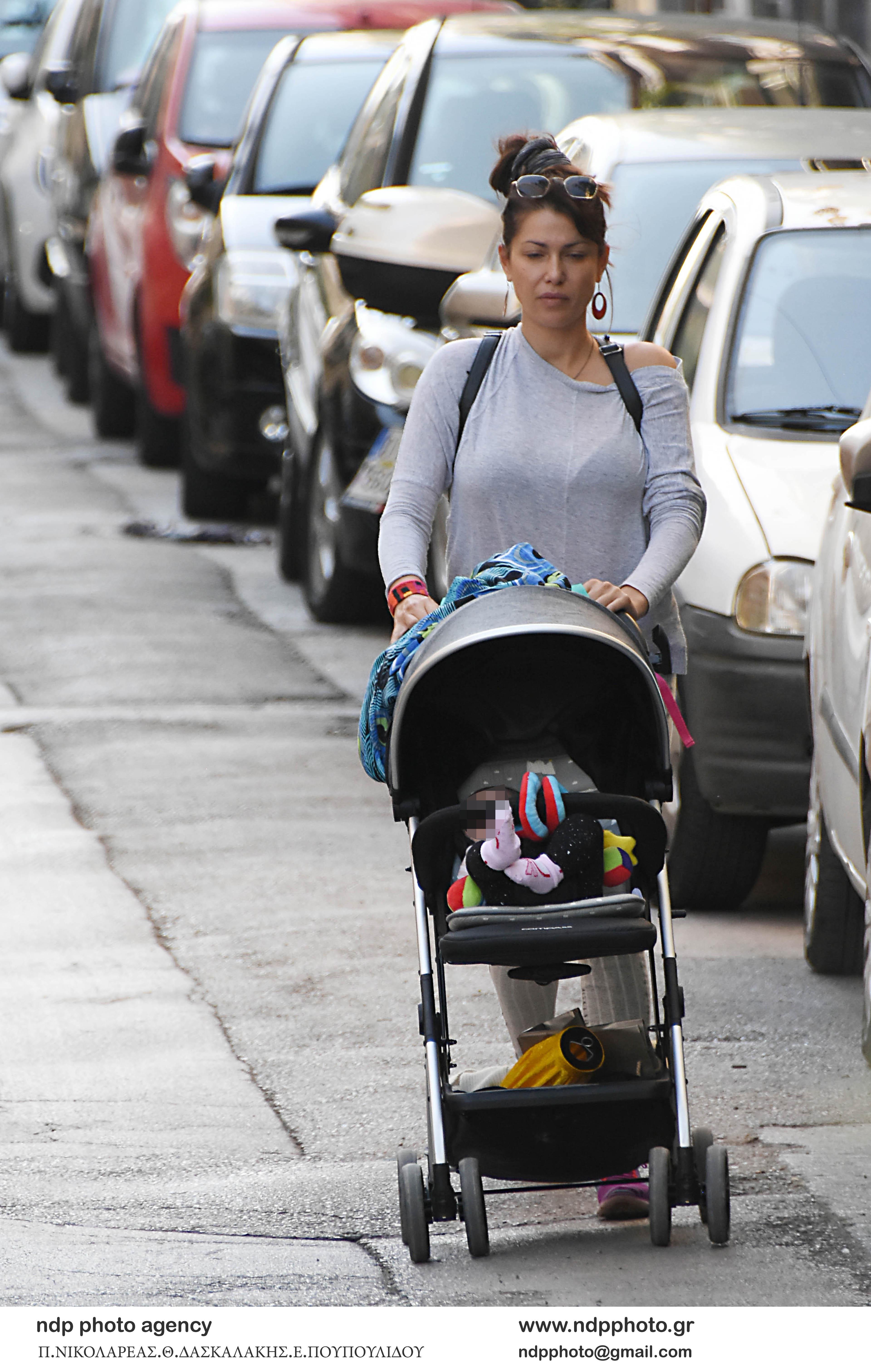 Βόλτα της Κλέλια Ρένεση με το μωρό