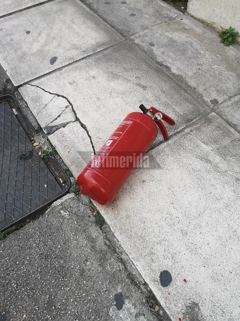 Fire extinguisher, which had three people Rubikan