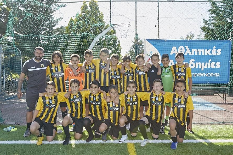 Ο Μιχάλης Παυλής με την ομάδα Κ12 της ΑΕΚ