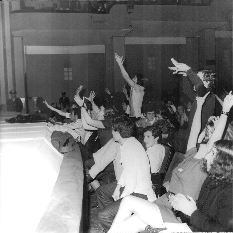 Προβολή με την επιτήρηση της αστυνομίας. Φωτογραφία του Κ.Μεγαλοκονόμου, από την πρώτη προβολή του Γούντστοκ στο Παλλάς (Αρχείο Μ.Νταλούκα)