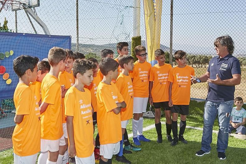 Ο Θωμάς Μαύρος με παιδιά των Αθλητικών Ακαδημιών ΟΠΑΠ