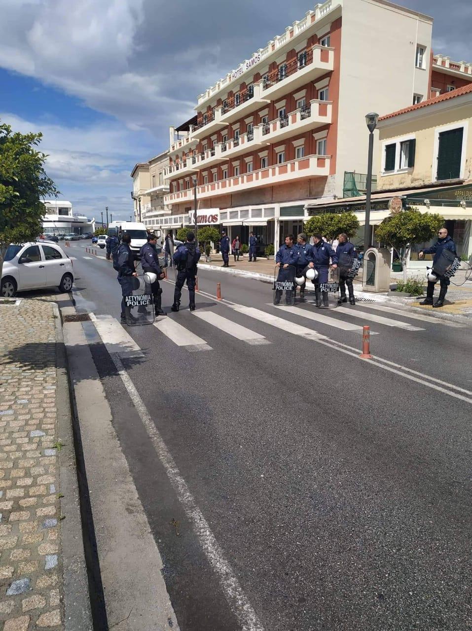 Η Αστυνομία απέκλεισε το δρόμο μπροστά από το ξενοδοχείο που μένει ο Δημήτρης Βίτσας