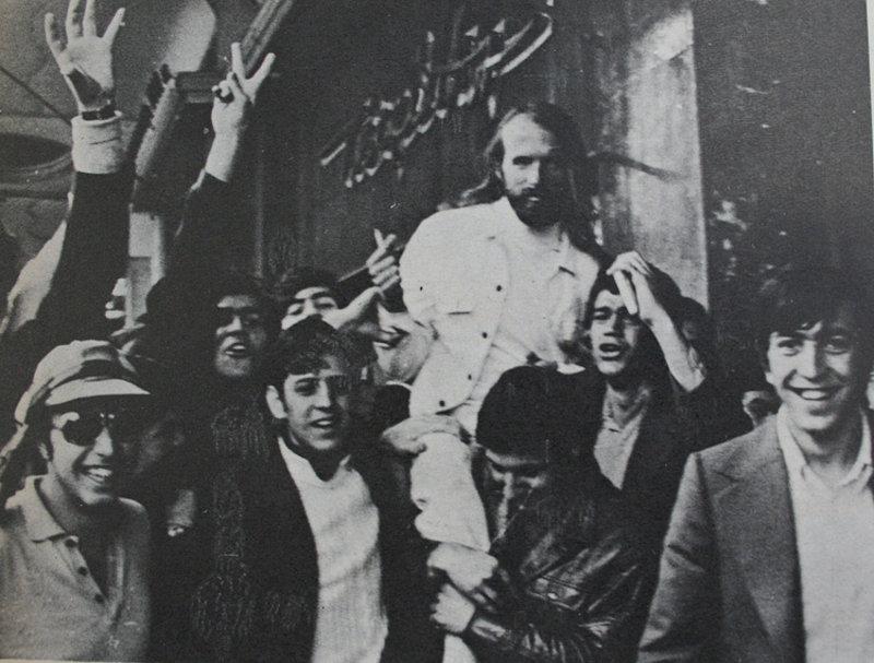 Ο σκηνοθέτης της ταινίας, Michael Wadleigh, αποθεώνεται έξω από το Παλλάς (Αρχείο Μ.Νταλούκα)