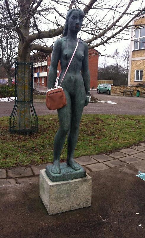 Κρεμούν τσάντες σε αγάλματα