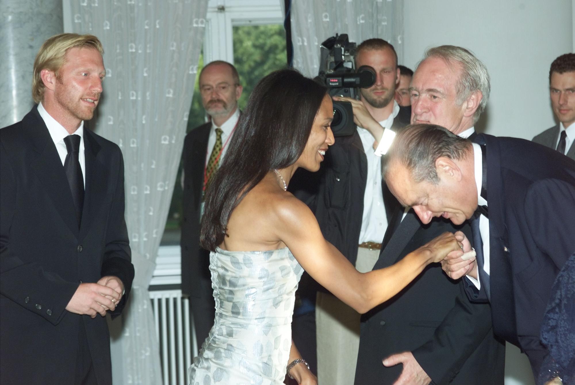 Χειροφίλημα Σιράκ στην σύζυγο του πρωταθλητή του τένις Μπόρις Μπέκερ