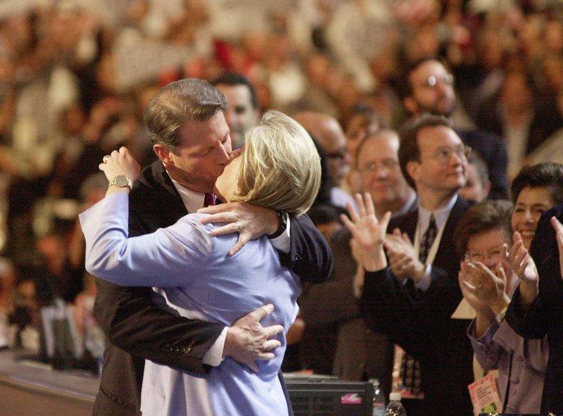 O Σταν Γκρίνμπεργκ είχε συμβουλέψει τον Αλ Γκορ να φιλήσει παθιασμένα τη σύζυγό του Τίπερ στο συνέδριο των Δημοκρατικών στο Λος Άντζελες το 2000.