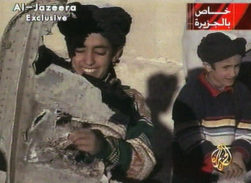 Ο Χάμζα Μπιν Λάντεν κρατά στο χέρι ένα κομμάτι από τα συντρίμμια αμερικανικού ελικοπτέρου στο Γκάζνι του Αφγανιστάν στις 5 Νοεμβρίου 2001.