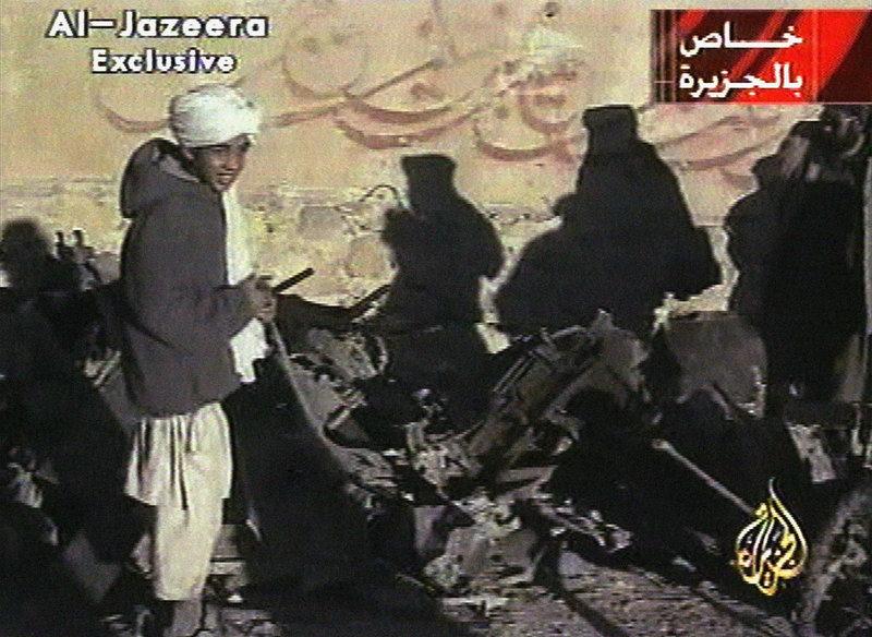 Ο Χάμζα Μπιν Λάντεν σε βίντεο της Αλ Κάιντα το 2001.