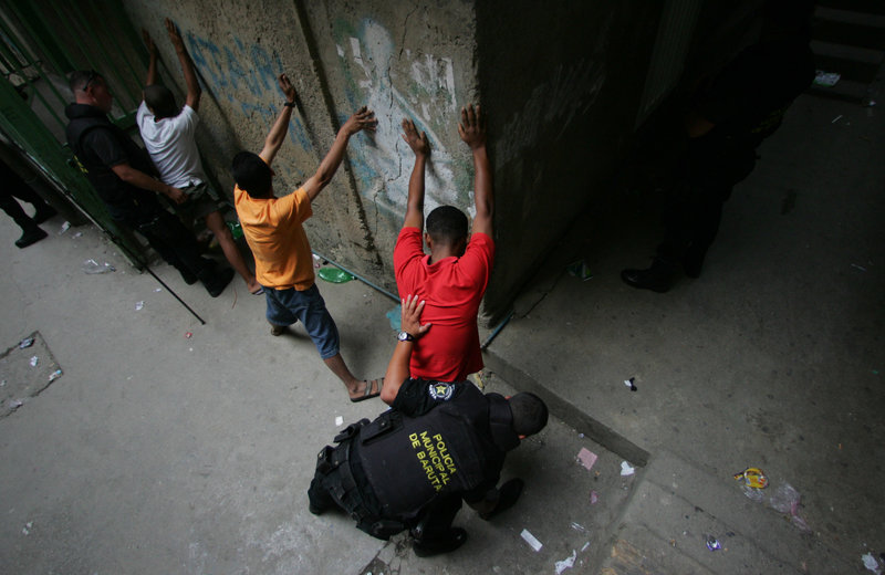 Αστυνομικοί διενεργούν ελέγχους σε δρόμο του Καράκας.