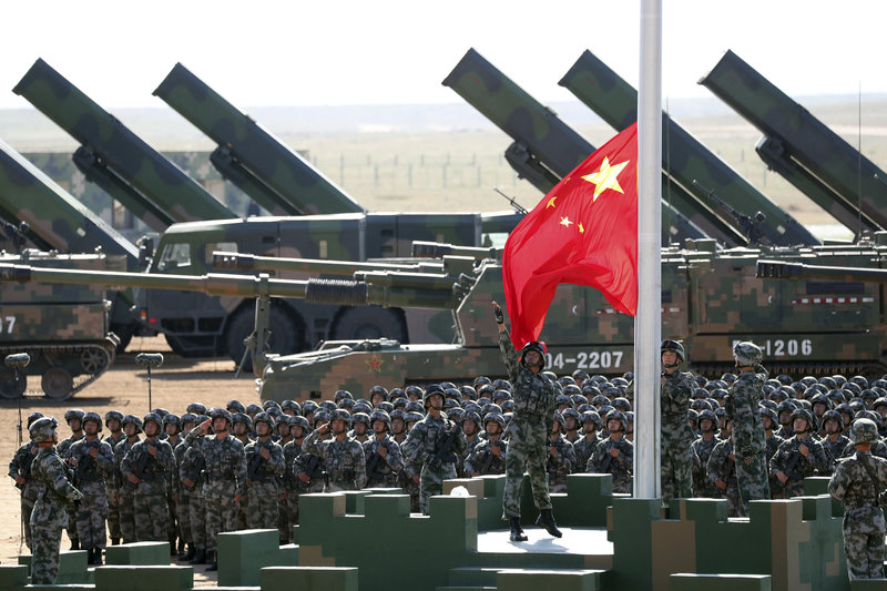 Τελετή έπαρσης της σημαίας από στρατιώτες σε βάση στην Κίνα.