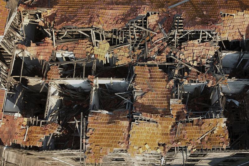 Το μεγαλύτερο ξύλινο κτίριο στην Ευρώπη περιμένει καρτερικά τη διάσωσή του.
