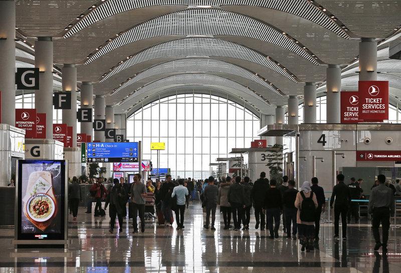 Επιβάτες μετακινούνται στους διαδρόμους του νέου αεροδρομίου της Κωνσταντινούπολης