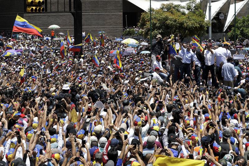 Ο Χουάν Γκουαϊδό απευθυνόμενος σε πλήθος κόσμου στο Καράκας.