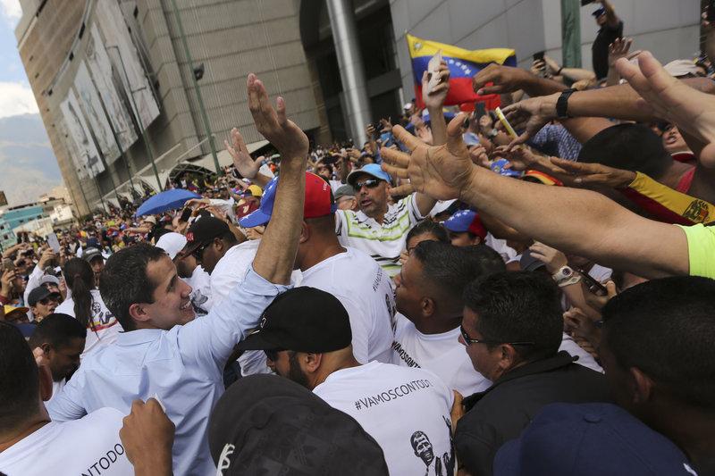 Πλήθος περικυκλώνει τον Χουάν Γκουαϊδό κατά τη χθεσινή ομιλία του στο Καράκας.