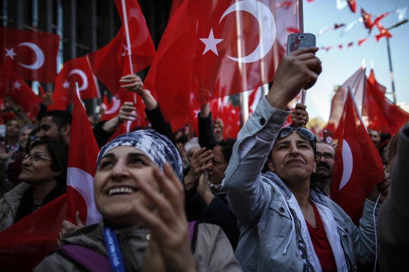 Ο Εκρέμ Ιμάμογλου απευθύνεται σε πλήθος οπαδών του που πανηγυρίζουν τη νίκη του στην Κωνσταντινούπολη.