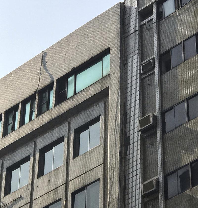 ο κτίριο στην Ταϊπέι ράγισε στη μέση μετά τον σεισμό των 6,1 Ρίχτερ.