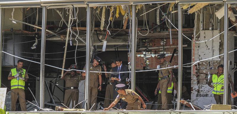 Αστυνομικοί στο σημείο μιας από τις επιθέσεις σε κεντρικό ξενοδοχείο της πρωτεύουσας της Σρι Λάνκα.