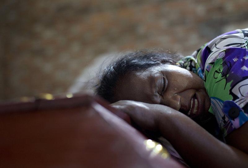 Συγγενείς θρηνούν για την απώλεια αγαπημένων τους προσώπων πάνω από τα φέρετρά τους μετά το λουτρό αίματος στη Σρι Λάνκα.