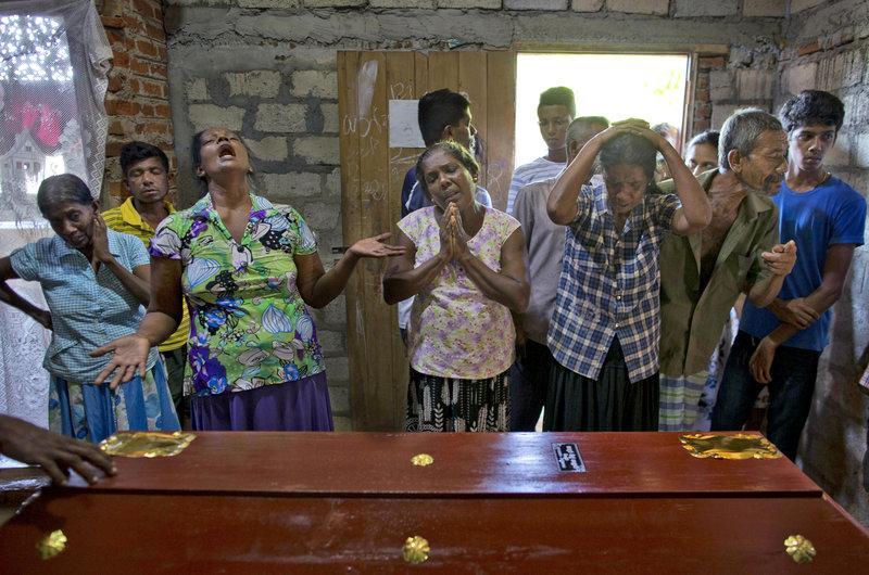 Θρήνος στις κηδείες θυμάτων των τρομοκρατικών επιθέσεων στη Σρι Λάνκα.