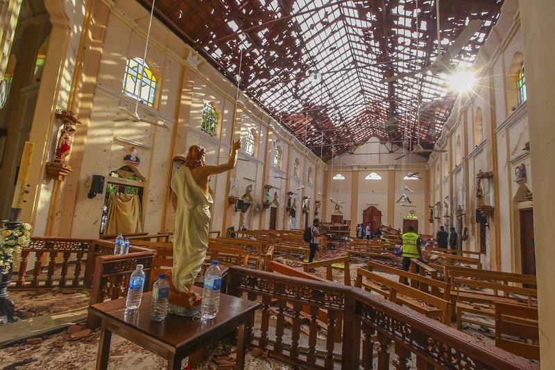 Το εσωτερικό του κατεστραμμένου από τη βομβιστική επίθεση ναού του Σαν Σεμπαστιάν στη Σρι Λάνκα