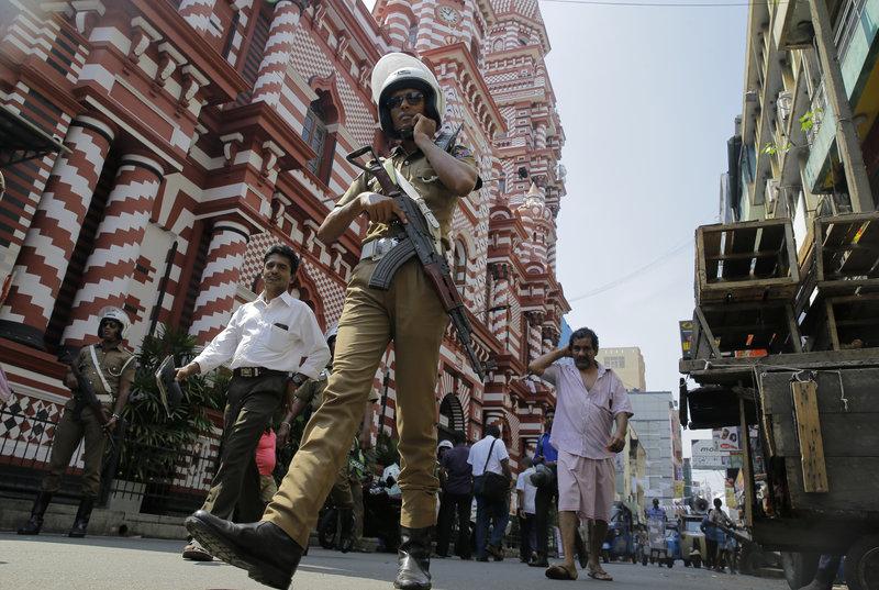 Αστυνομικός περιπολεί σε δρόμο του Κολόμπο, στη Σρι Λάνκα.