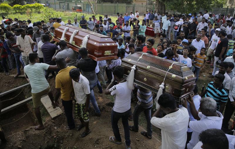 Συγγενείς συνοδεύουν στην τελευταία τους κατοικία θύματα των επιθέσεων στη Σρι Λάνκα.