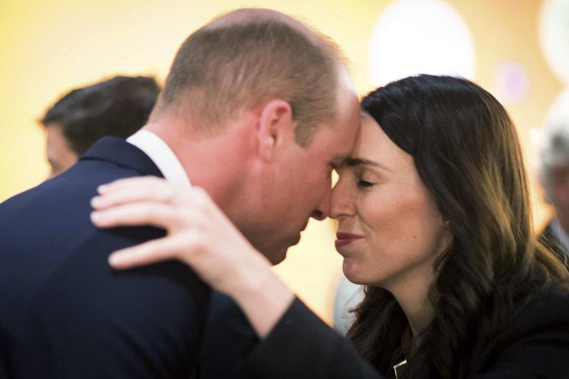 Το στιγμιότυπο που ο πρίγκιπας Γουίλιαμ και η Τζασίντα Άρντερν έτριψαν τις μύτες τους σύμφωνα με το τελετουργικό των Μαορί έκανε τον γύρο του κόσμου.
