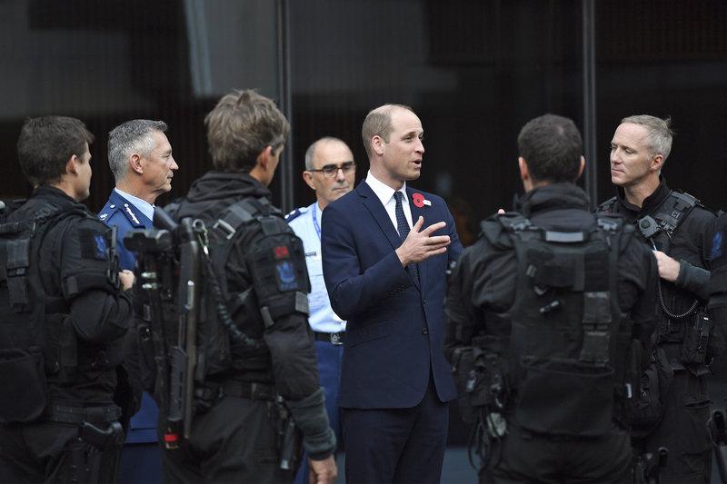 Ο πρίγκιπας Γουίλιαμ συναντήθηκε με αστυνομικούς και τραυματιοφορείς που είχαν σπεύσει στα τεμένη του Κράιστσερτς μετά το μακελειό.