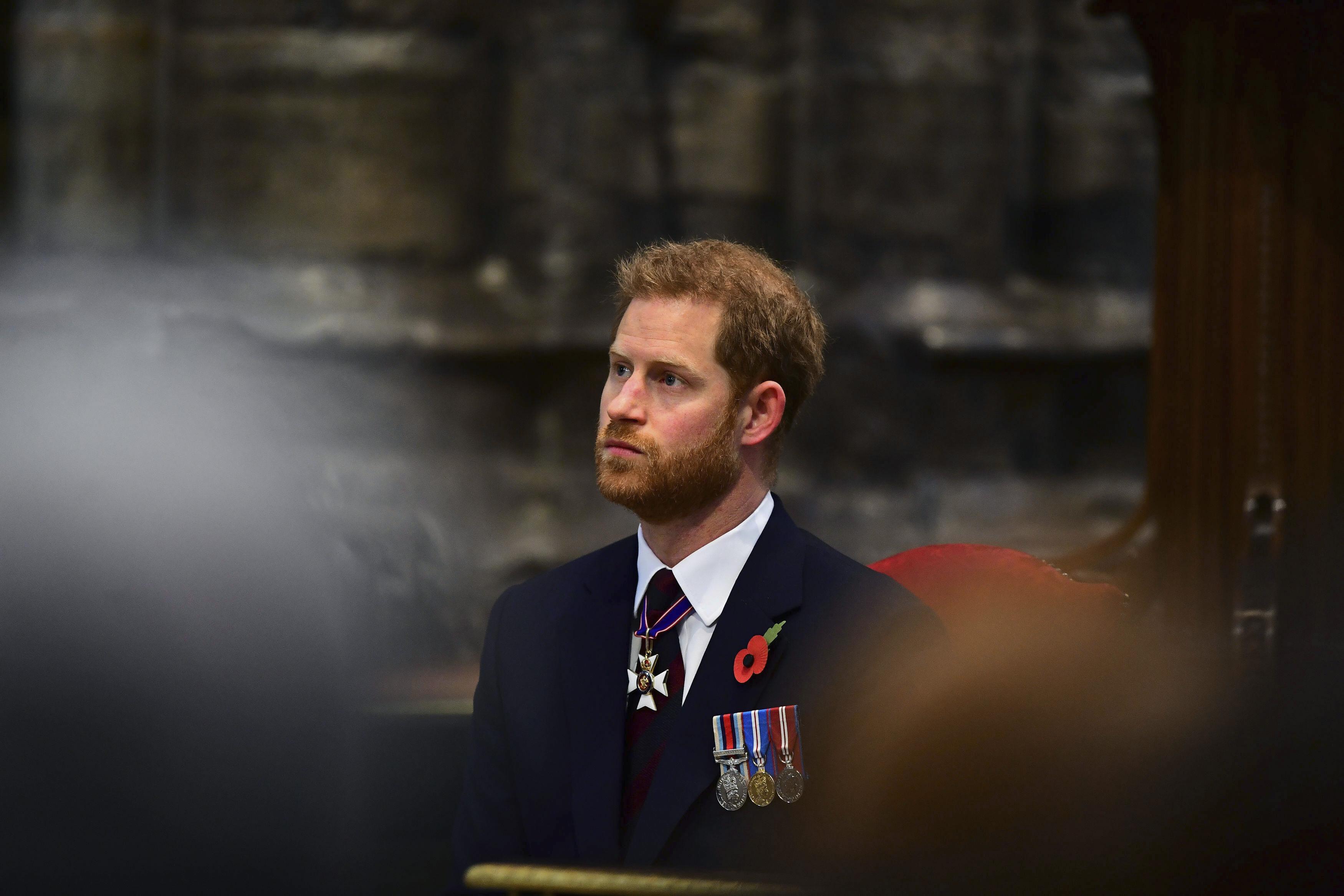 Ο πρίγκιπας Χάρι με σοβαρό ύφος στην εκκλησία