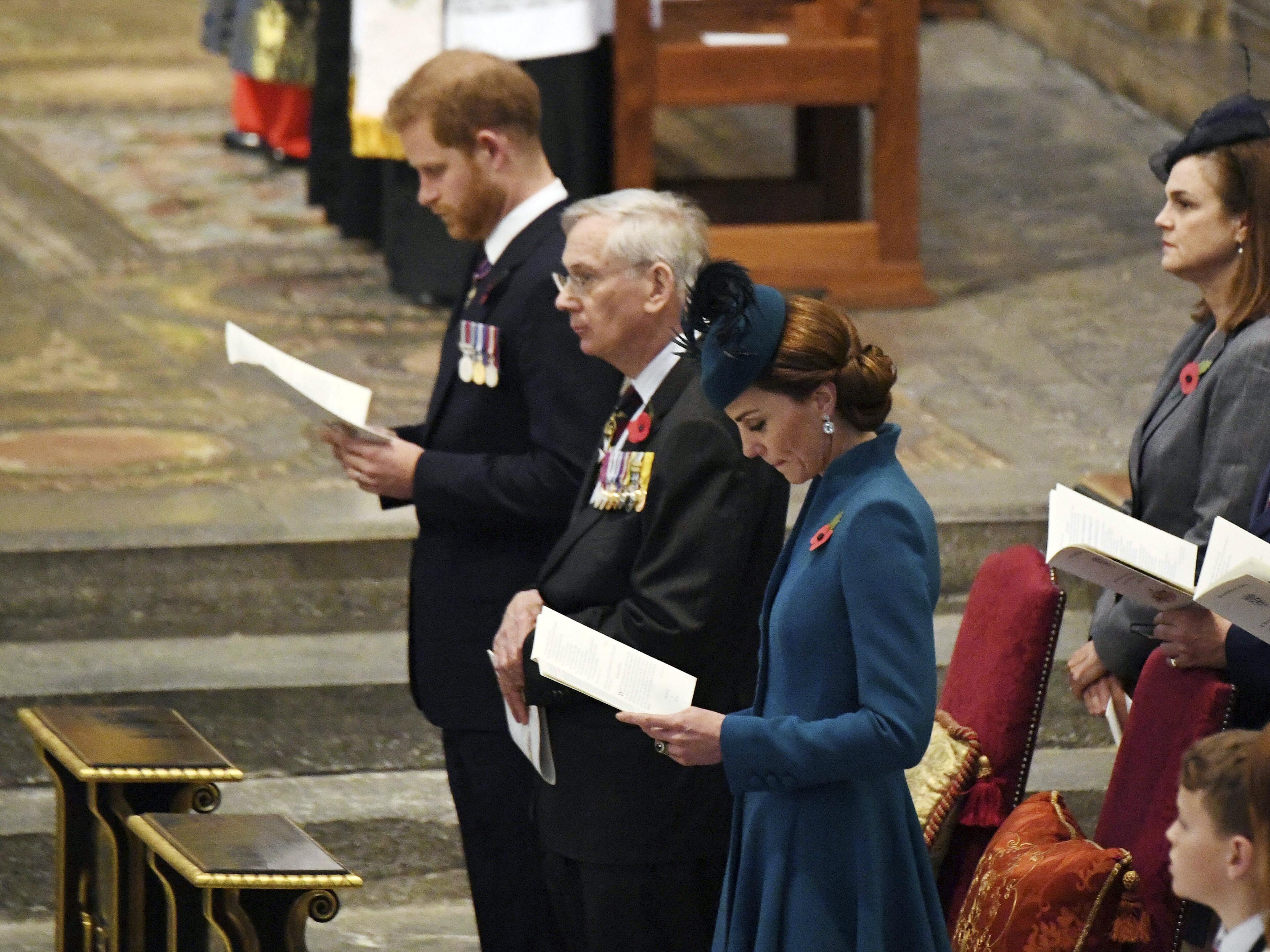 Ο πρίγκιπας Χάρι και η Κέιτ Μίντλετον με σοβαρό ύφος στο αβαείο του Γουεστμίνστερ