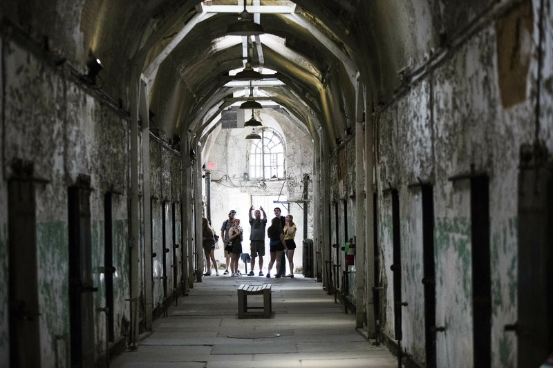 Toυρίστες επισκέπτονται το κελί του Αλ Καπόνε στο  Eastern State Penitentiary της Φλόριντα.